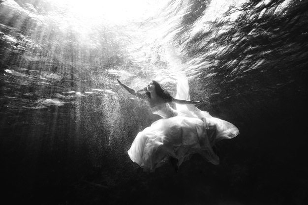 Best wedding photos under water wedding photos wedding photographer california beauitufl wedding dress - 01