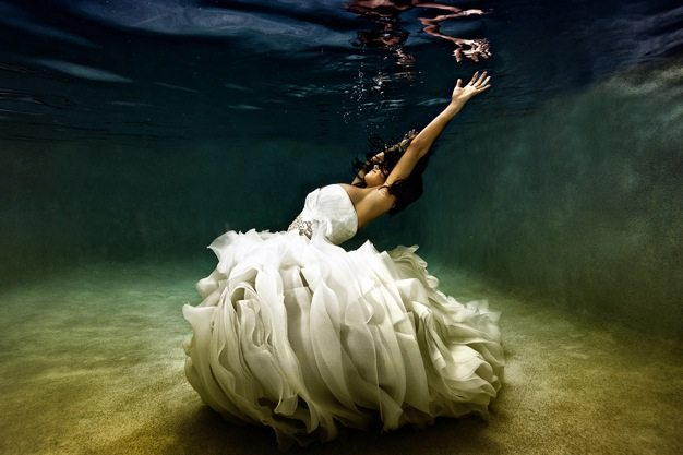Best wedding photos under water wedding photos wedding photographer california beauitufl wedding dress - 03