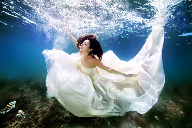 Best wedding photos under water wedding photos wedding photographer california beauitufl wedding dress - 05