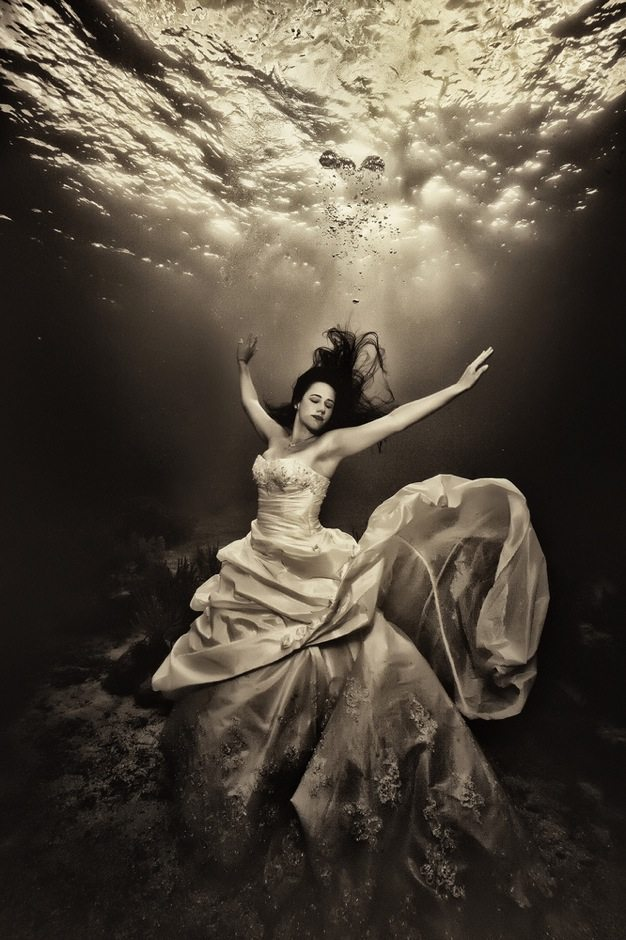 Best wedding photos under water wedding photos wedding photographer california beauitufl wedding dress - 07
