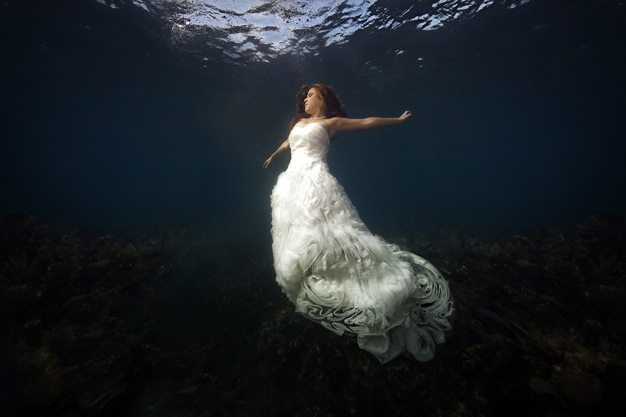Best wedding photos under water wedding photos wedding photographer california beauitufl wedding dress - 10